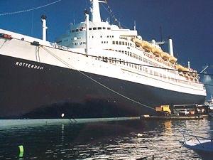 Le rotterdam : un immense paquebot faisant escale à Papeete